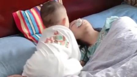 妈妈让弟弟叫姐姐起床,弟弟接下来的举动,真是让人哭笑不得