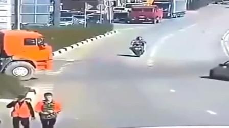 离奇的车祸现场,要不是有监控,大货车有嘴也说不清!