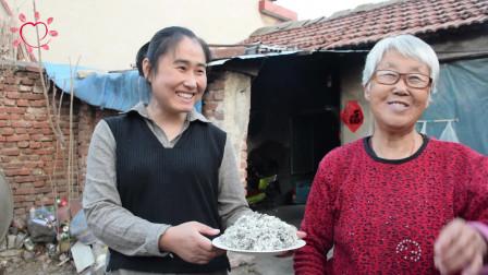 农村媳妇挖的啥野菜?这样做来一家人吃不够!