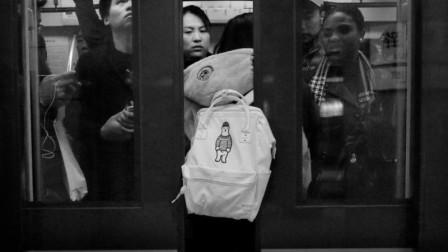 女子乱发脾气站在地铁门口,想阻止关门,被乘客一脚踢飞