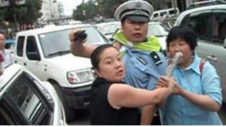 这位女司机没有出车祸,但却把交警给打了,简直嚣张至极