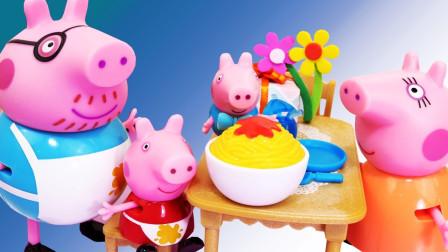小猪佩奇玩具故事,佩奇和乔治还有猪爸爸给了猪妈妈一个生日惊喜