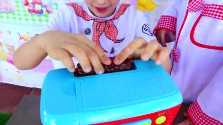 萌娃小可爱化身为蛋糕师,开始制作美味的蛋糕,萌娃:好甜啊