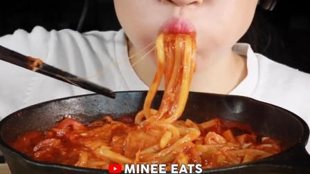 韩国大胃王吃芝士拉面,搭配泡菜就往嘴里塞,看她吃东西真享受!