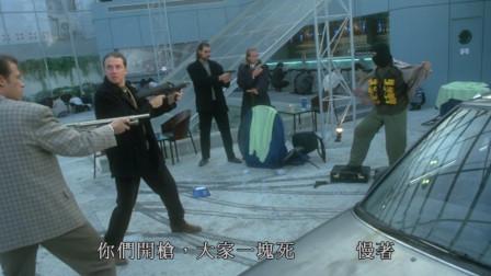 李连杰丝毫不怕围攻,直接亮出重型炸药,吓得他们通通丢枪
