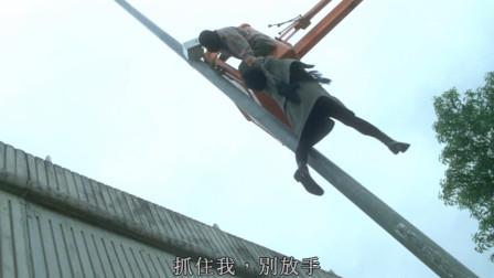 李连杰挟持梅艳芳,随后将车打爆逃跑,她却紧跟不舍惹事