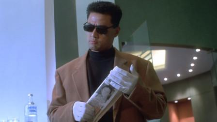 男子看到报纸察觉不对,赶紧找借口抢走,却不知老大也有一份