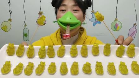 """吃货吃播:小姐姐吃""""青蛙软糖"""",绿皮白肚莹莹亮,Q弹酸甜美味"""