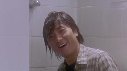 男子在澡堂修水管,不料有美女正在洗澡,被他看了个精光