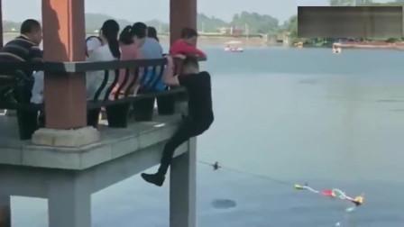 河南大哥在意大利,健身方式真别致,一定要在湖上面吗,掉下去岂不是很尴尬!