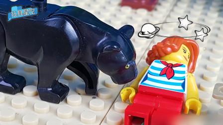 乐高益智故事:乐高小人在面对黑熊攻击时,果断躺在地上装晕