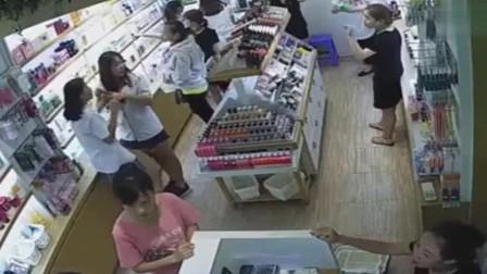 女子逛商场突然发狂,把化妆品店都给拆了,老板:我看你陪的起么