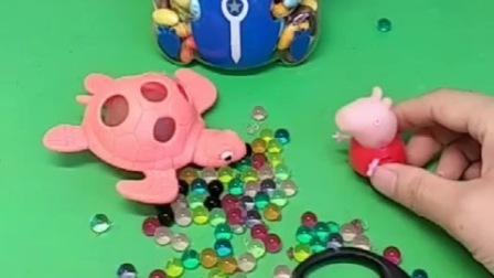 乔治偷偷玩佩奇的玩具,给他都弄坏了,乔治赶紧躲起来了