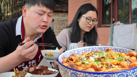 """1只土肥鸡5斤芋头,农村小哥做1大盆""""烧鸡公"""",大口啃肉吃过瘾了"""