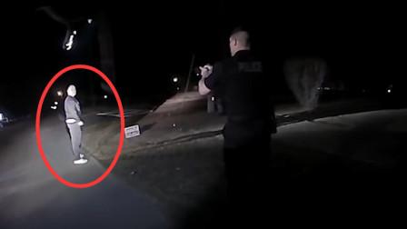 挑衅美国警察的下场,直接给你来一枪,最终只能躺地哀嚎!