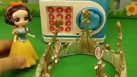 王后送给白雪王冠,她放进密码箱里,贝儿想拿走但是不知道密码