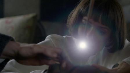 巫师做起医生,把法杖当亮灯用,从病人眼睛里取出超长寄生虫
