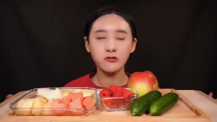 韩国大胃王吃一桌水果,用手拿着直接啃,看她吃东西是一种享受!