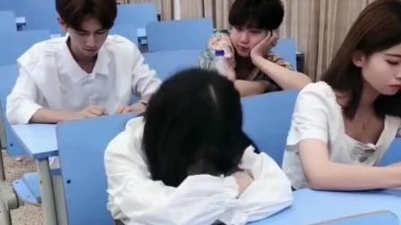 美女上课睡觉以为是后面男生拍她,反手就是一巴掌,结果打了老师