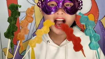"""小姐姐吃手工""""彩色蜂巢棒棒橡皮糖"""",六边形堆成条,香甜果味多"""