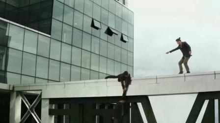 男子坐在天台抽烟,迎着风吹以为很酷,下一秒就掉了下去