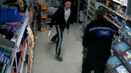 男子正在店内收拾,下一秒劫匪突然出现,狗狗救了他一命