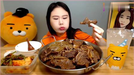 韩国大胃王卡妹,吃一锅排骨粉条,配上泡菜和米饭,吃得太过瘾了。
