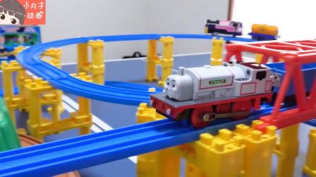 托马斯小火车经过高架桥梁快速前进