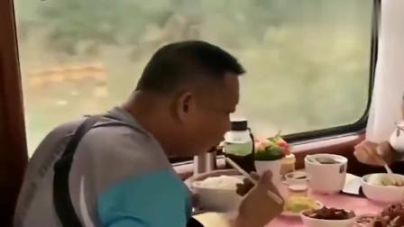 火车上看到的河南小伙,一瓶酒一根烤肠,这是经历了什么?
