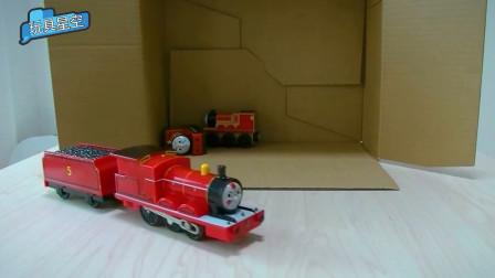 纸盒里的托马斯小火车都去执行任务了,还有两个在睡懒觉