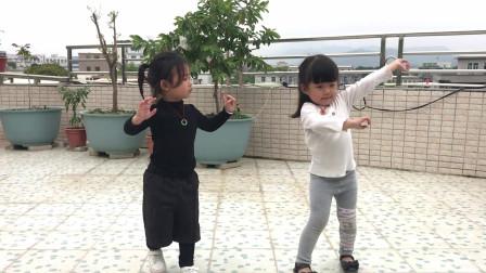 2个3岁宝宝一支《野花香》跳得天真无邪,看完被萌化了