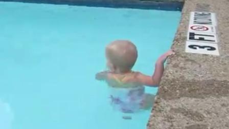 2岁宝宝独自下水游泳?下一秒反应反应曝光,网友:太惭愧了!