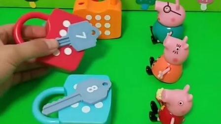 小猪们帮忙打开锁头,乔治太小了,没有力气打开