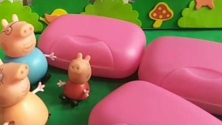 小猪们以为妈妈买了新床,都钻了进去,那是妈妈买了香皂盒子