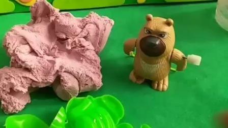 熊二用棉花沙做模具,他不给乔治玩,猪爸爸给乔治想了一个办法