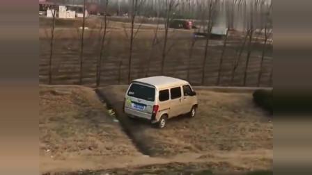 开五菱面包车的司机有点飘,根本不把越野车放在眼里!