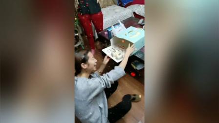 闺蜜过生日,送了个蛋糕给她,打开的那一刻她当场笑岔了!