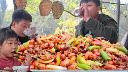 侄女馋小龙虾,农村小哥买200元虾尾做香辣虾尾,倒上啤酒夏天的感觉