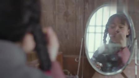 炮神女孩在闺房画口红男孩突然闯了进去看到了女孩另一面