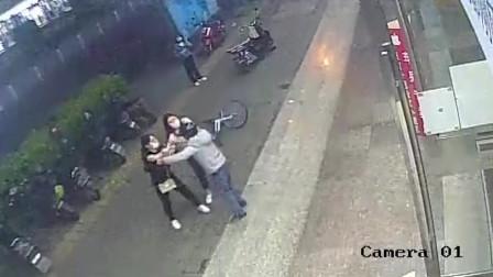 男的打不过女的,还敢下车约架,2秒后被打的他妈都不认识!