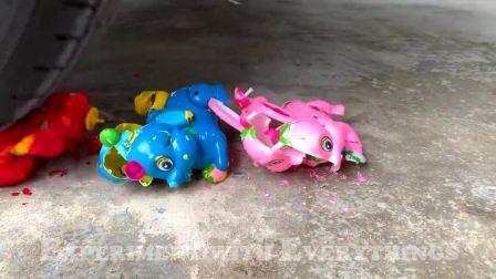 牛人把玩具蛋糕放在车轮下面,看着好过瘾,好减压呀