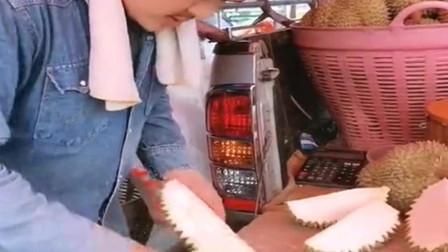 泰国小哥处理榴莲皮,榴莲皮也是很有营养价值的,这刀工可以