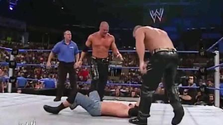 WWE:白哥见弟媳被欺负,奋不顾身冲上去一拳一个,太给力了!
