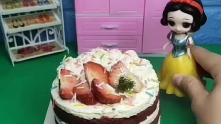 今天是白雪18岁生日蛋糕,妈妈买了一个好大的蛋糕,快一起来吃吧!