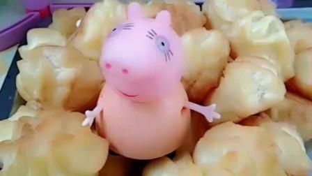 猪妈妈给佩奇乔治烤泡芙吃,挤满奶油的泡芙,一定非常香!