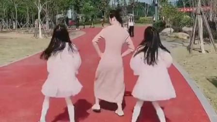 说好的一起跳怎么可以坑娘呢,这俩小闺女真是可爱,还欺骗自己的妈妈!