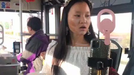 广西南宁:公交车上惊现网红拍视频,全车人被她逗的停不下来
