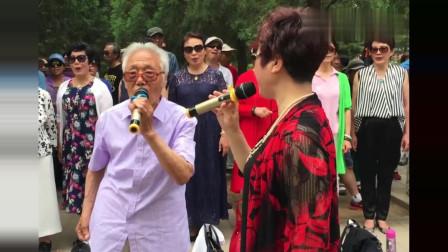 80岁大爷公园唱跳《二十年后再相会》,不输专业歌手!