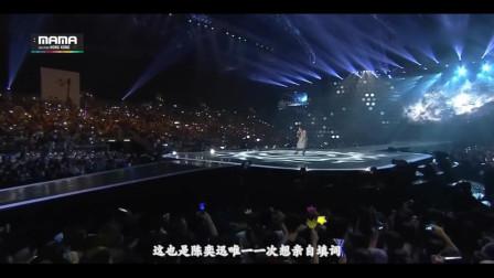 台下坐着一堆韩国人,中国歌手开口就是王炸,听懵全场