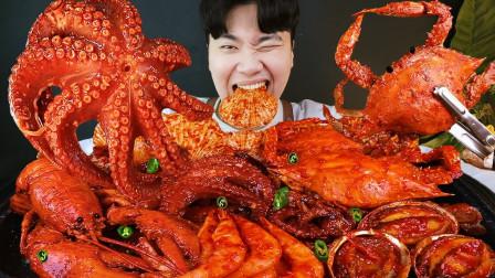"""韩国ASMR吃播:""""辣酱椰子蒸海鲜"""",有扇贝、鲍鱼、螃蟹、龙虾、大虾,吃货小哥吃得真过瘾"""